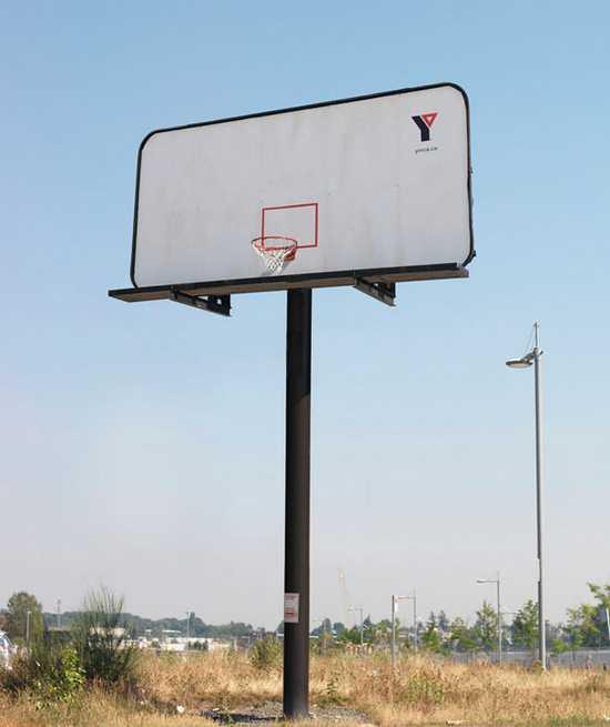 basketbalovy kos na billboarde