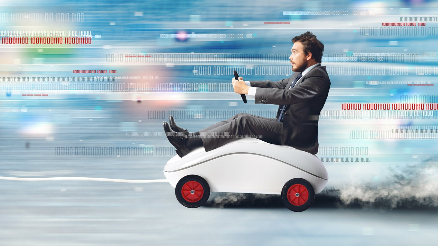 zrýchlenie muža na počítačovej myši